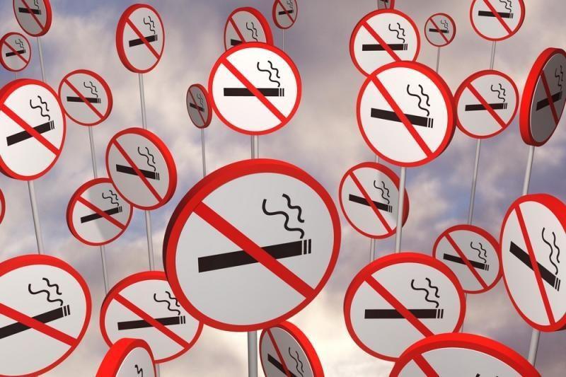 Draus nepilnamečiams rūkyti viešose vietose