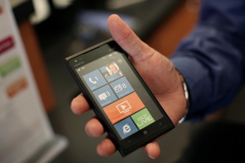 """""""Nokia"""" pasigyrė didėjančiais telefonų """"Lumia"""" pardavimais"""