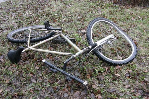 Po automobilio ratais žuvo dviratininkas