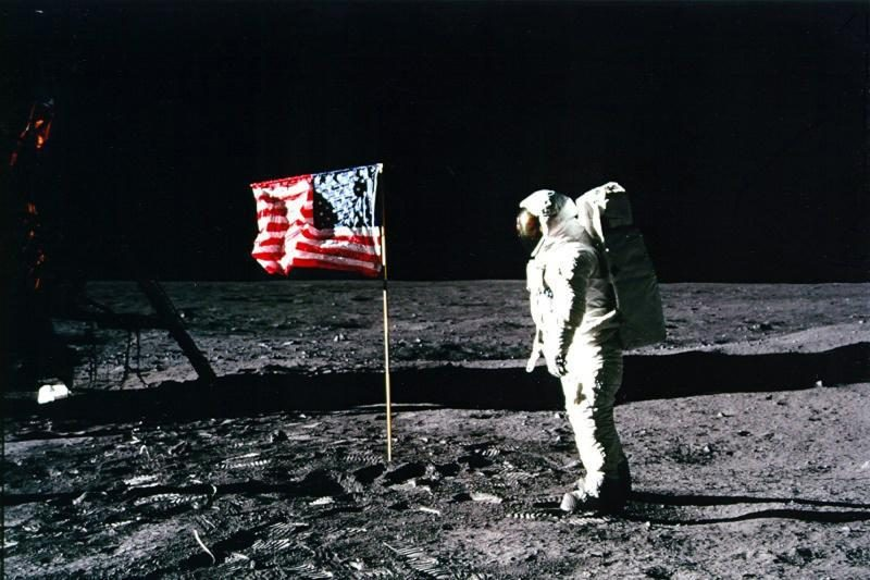 Mėnulyje pastebėtos tik 5 JAV vėliavos iš 6