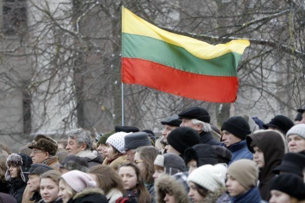 Vasario 16-ąją – vėliavų vagystės nuo pastatų