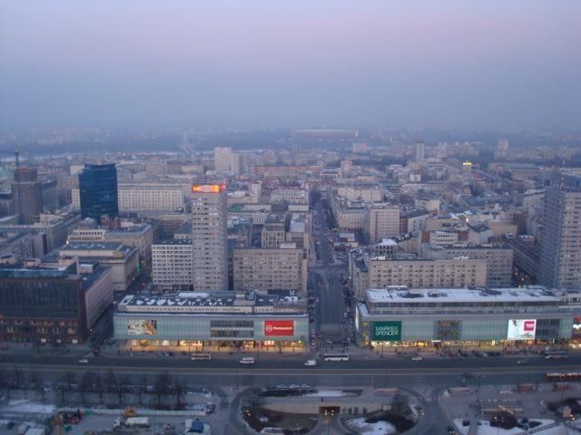 Pačiame Varšuvos centre atsivėrė smegduobė