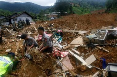 Indonezija: žemės nuošliauža galėjo nusinešti per 70 gyvybių