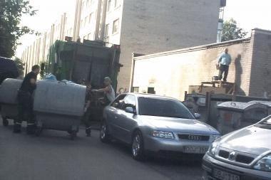 Mašinų prigrūsti kiemai trukdo ištuštinti konteinerius