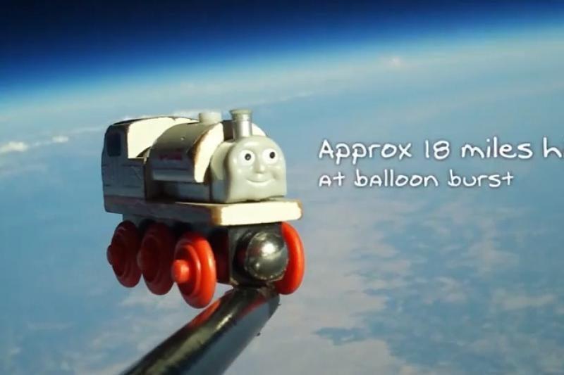 Žaislinis traukinukas, kuris nukeliavo į kosmosą