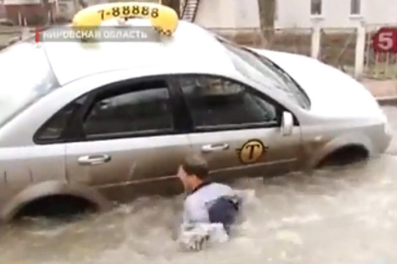 Nelaimė Rusijoje: vandenyje atsidūrė ir automobilis, ir taksistas