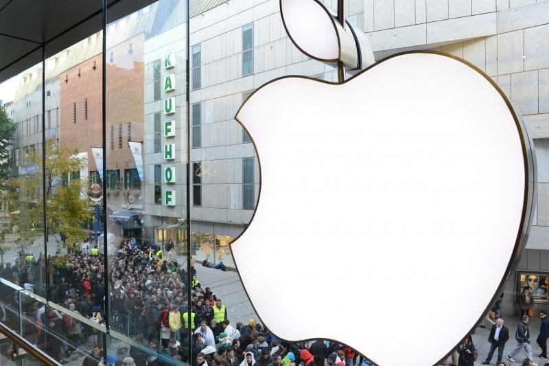 """""""Apple"""" atsiprašė """"Samsung"""", tačiau atsiprašymu tai nekvepia"""