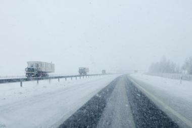 Keliuose slidu dėl šlapio sniego košės ir suledėjusio sniego