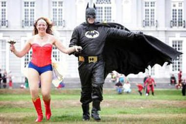 """D.Britanijoje susituokė """"Betmenas"""" ir """"Stebuklingoji moteris"""""""
