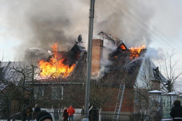 Namas sudegė gaisro gesinti atvykusių ugniagesių akivaizdoje