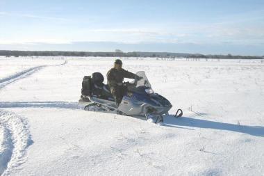 Įtariamuosius vagyste pasieniečiai persekiojo sniego motociklais