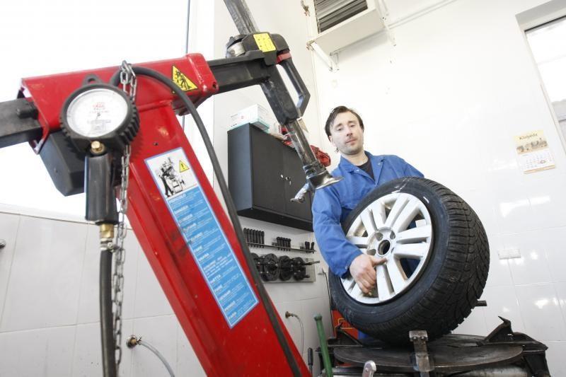 Beveik pusė šalies vairuotojų perka naujas žiemines padangas
