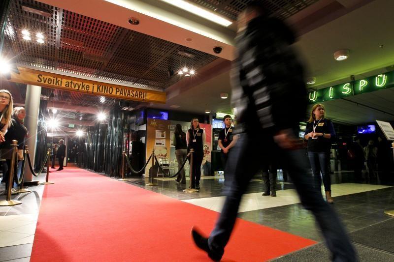 """Festivalis """"Kino pavasaris"""" ieško net 150 savanorių"""