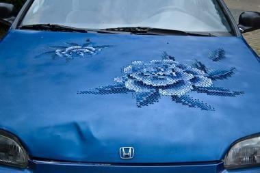 """Ant automobillių """"pražydo"""" gėlės"""