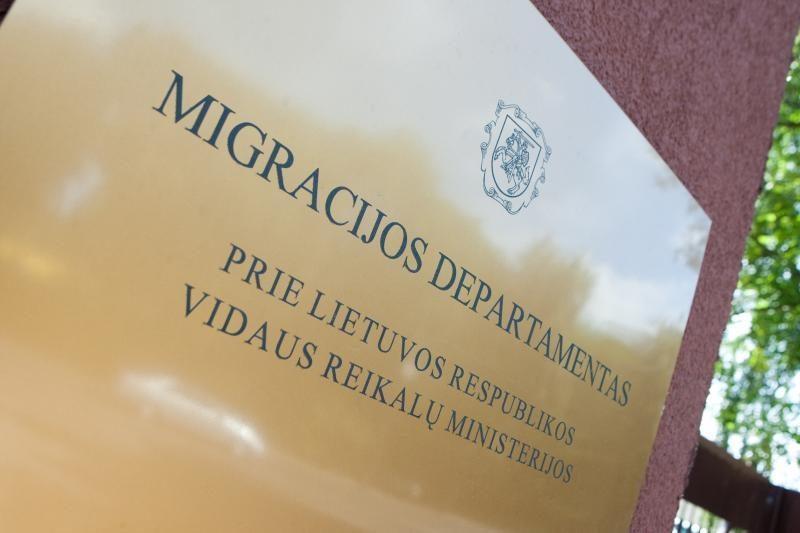 Nušalinti korupcija įtariami Migracijos departamento pareigūnai