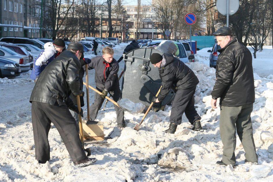 Klaipėdiečiai kviečiami vaduoti kiemus nuo sniego