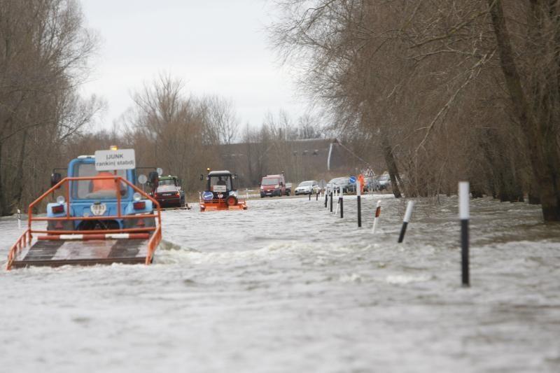 Apsemtame kelyje Šilutė-Rusnė vanduo siekia 50 cm, eismas draudžiamas