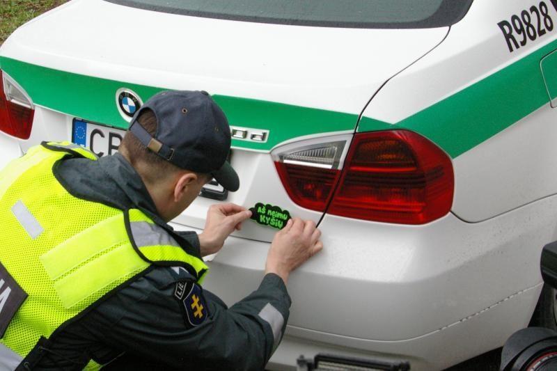 Policininkai ant savo automobilių klijuos lipdukus, kad neima kyšių