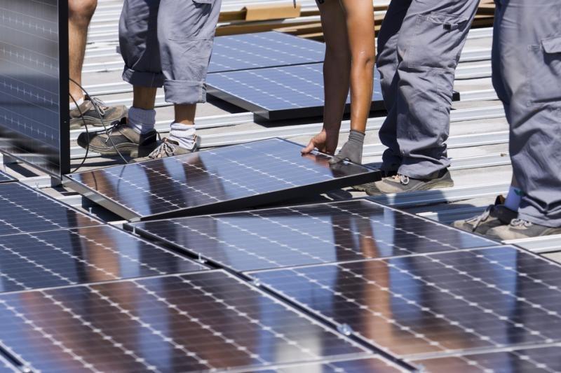 Seimas palaimino siūlymą stabdyti saulės elektrinių plėtrą
