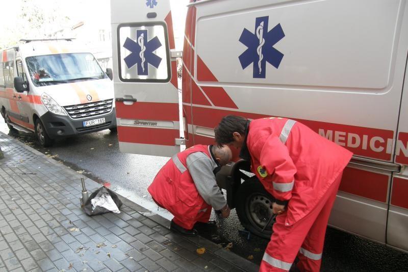 Greičio slopinimo kalneliai laužo greitosios pagalbos automobilius