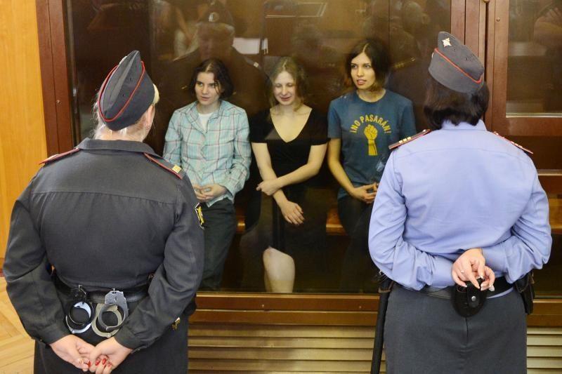 """""""Pussy Riot"""" narė kalėjime sulaukė grasinimų susidoroti"""