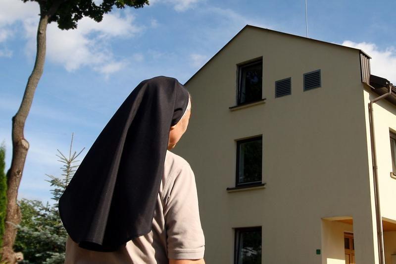 """Popiežius paragino vienuoles netapti """"senmergėmis"""""""