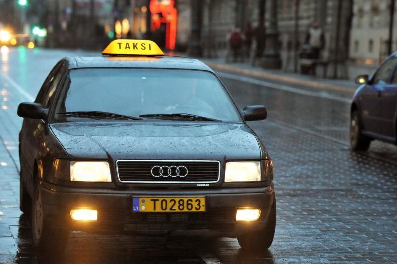 Vilniaus taksistai leisdavo keleiviams vartoti alkoholį