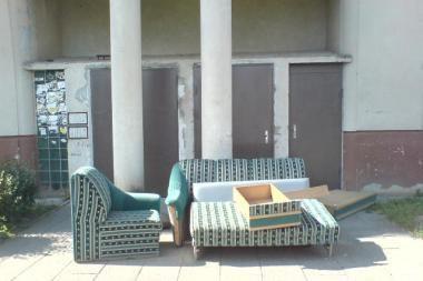 Išmesta sofa užgriozdino įėjimą į laiptinę