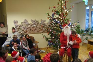 Karių siųstas Kalėdų Senelis pradžiugins vaikus