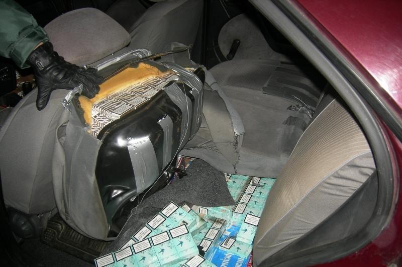 Muitinė: automobiliai vis dažniau pritaikomi rūkalų kontrabandai