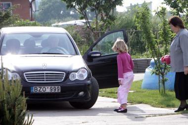 D.Kedžio dukrą į pasimatymą su mama vėl lydėjo automobilių kolona (papildyta)