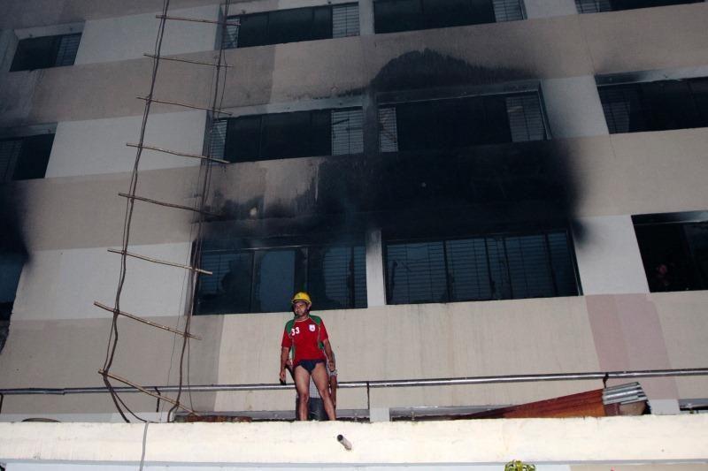 Bangladešo per gaisrą žuvo 8, griūtyje jau rasta per 900 aukų