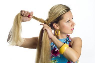 Galvą įskausta ir nuo šukuosenos