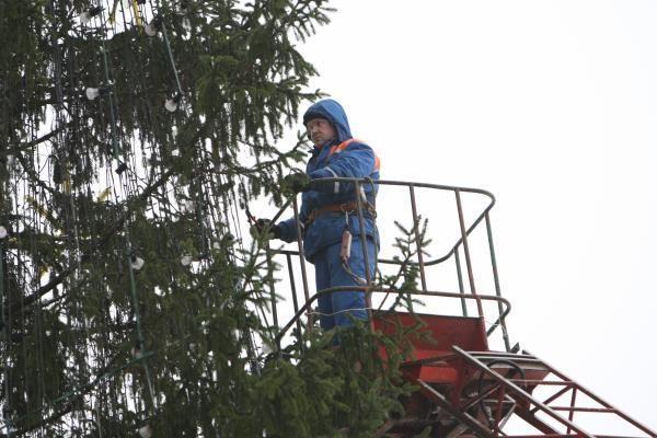 Nepalankios oro sąlygos trukdo puošti eglutę