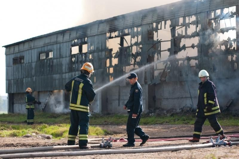 Kauno rajone užsiliepsnojo pastatas su šienu
