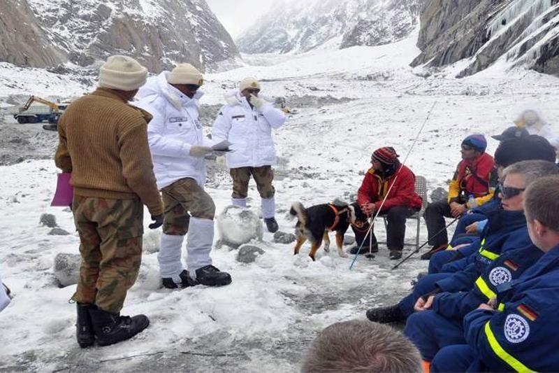 Pakistane gelbėtojai pradėjo kasinėti naujoje sniego lavinos vietoje