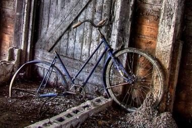 Partrenkė 61 metų dviratininką