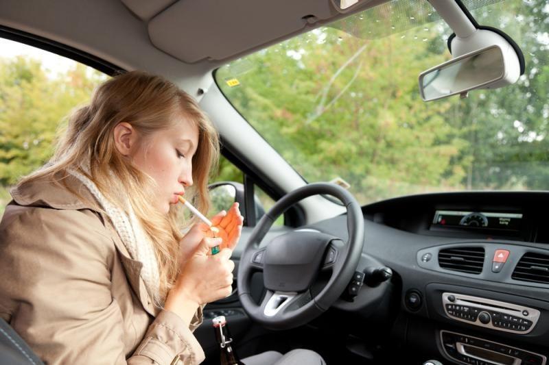 Norima uždrausti rūkyti automobilyje, kuriame yra vaikas