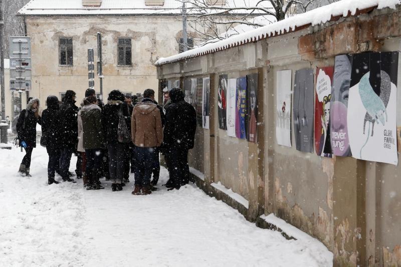 VDA studentai Sereikiškių parko tvorą papuošė 60-ia socialinių plakatų