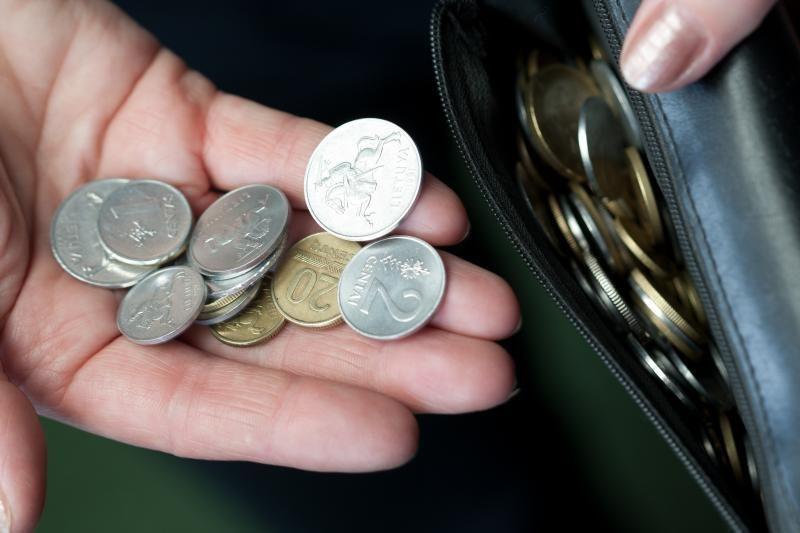 Vyriausybė minimalią algą nuo sausio didina iki 1 tūkst. litų