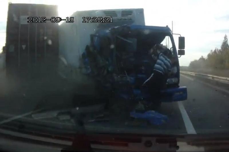 Nufilmuota neįtikėtina vilkiko vairuotojo išgyvenimo akimirka