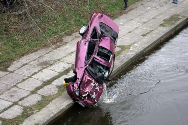 Penki lemtingi žingsniai evakuacijai iš skęstančio automobilio