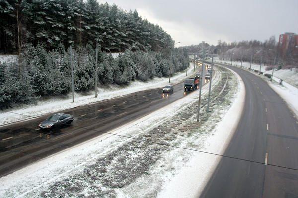 Kelių būklė: eismo sąlygos neblogos, vietomis sninga