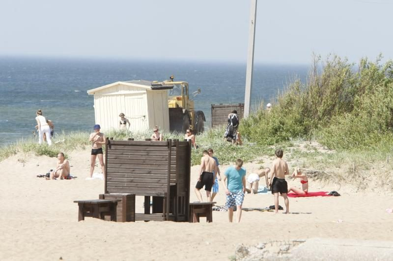 Gelbėtojai iš jūros traukė persirengimo kabiną