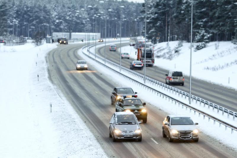 Pavojai kelyje: plikledis sunkina eismo sąlygas