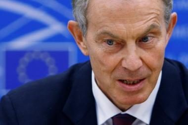 T.Blairo nesėkmė: Dublino protestuotojai apmėtė jį batais ir kiaušiniais