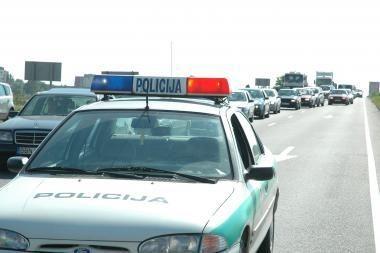 Girtas vairuotojas pareigūnams siūlė pinigus