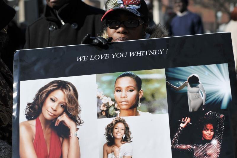 Žurnalo viršelyje išspausdinta mirusios Whitney Houston nuotrauka