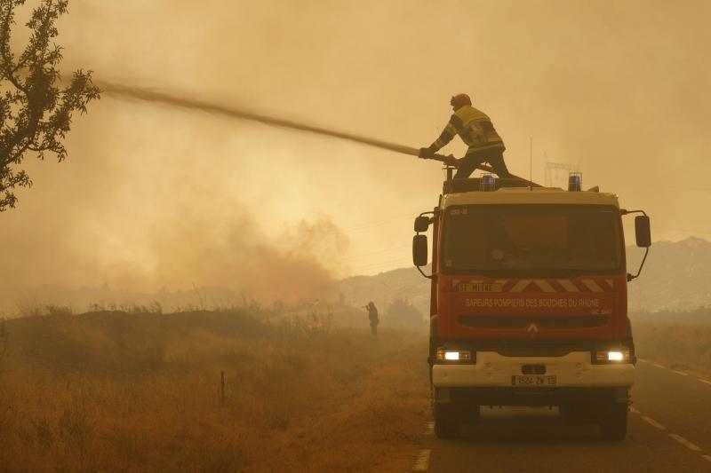 Įtariama, kad siautėjančius gaisrus Prancūzijoje sukėlė paauglys