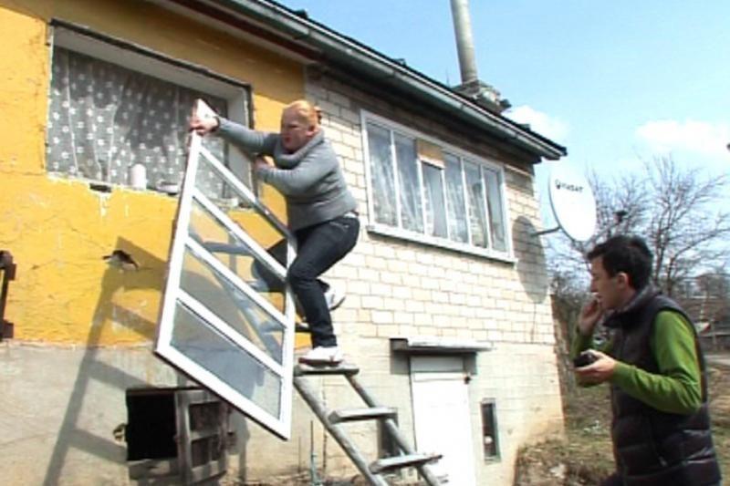 Gelbėdama kaimyno turtą moteris šturmavo namą